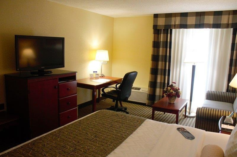 Best Western Plus Bridgeport Inn - Our king guest room comes equipped with a full-size desk with ergonomic chair.