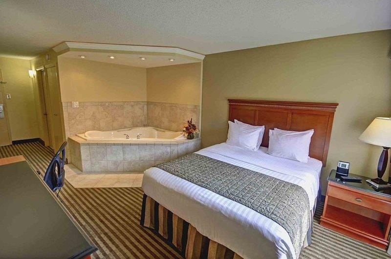 Best Western Plus Bridgeport Inn - After a long day of work relax the night away in this queen Jacuzzi® room.