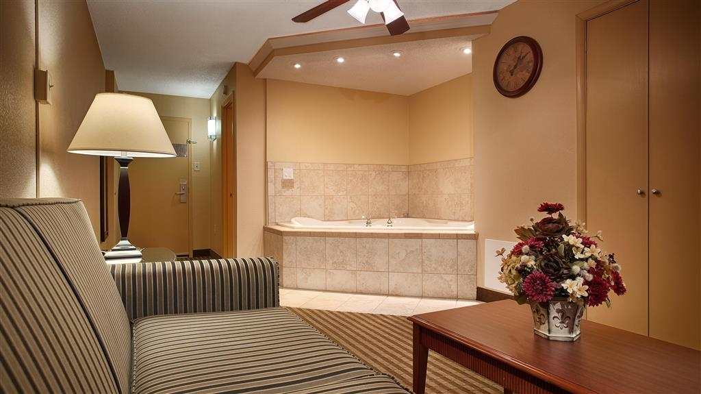 Best Western Plus Bridgeport Inn - Live in true luxury when you book a queen Jacuzzi® room.