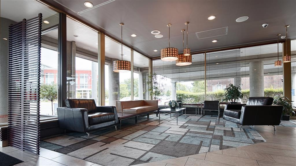 Best Western Milwaukee West - Come and enjoy our cozy lobby, offering a place to socialize with other guests or members of your party.