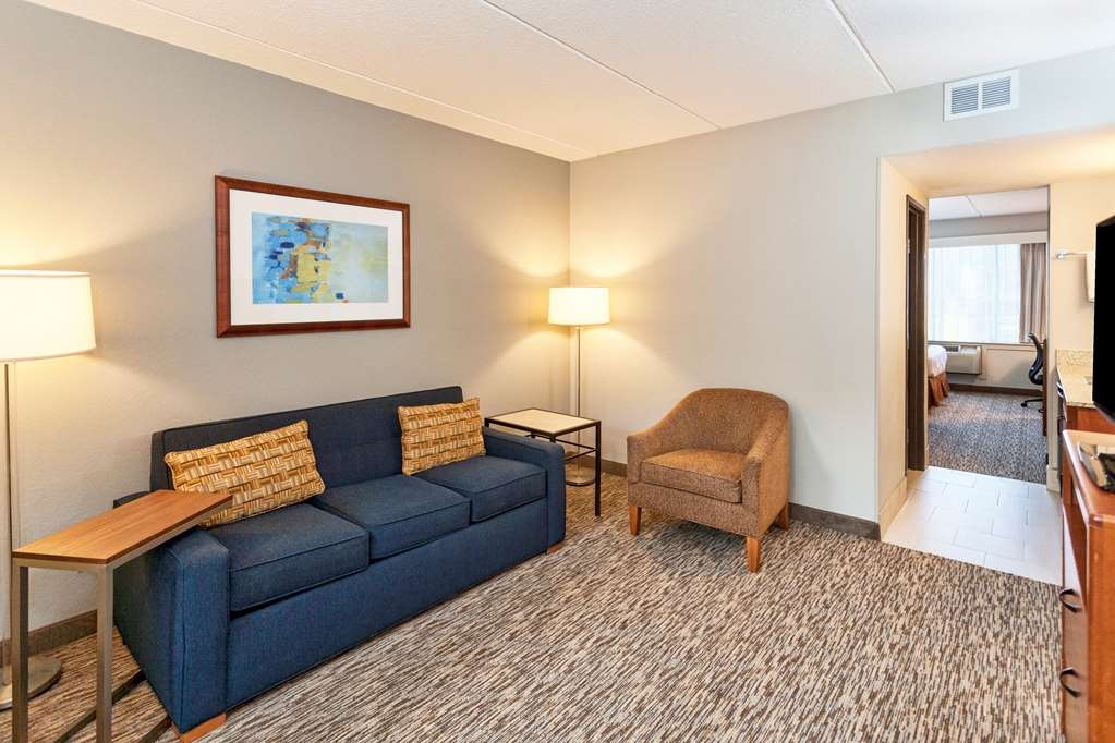 Best Western Bridgeview Hotel - Bring your whole family along and book a two queen suite by the pool which includes a sofa bed, microwave and refrigerator.