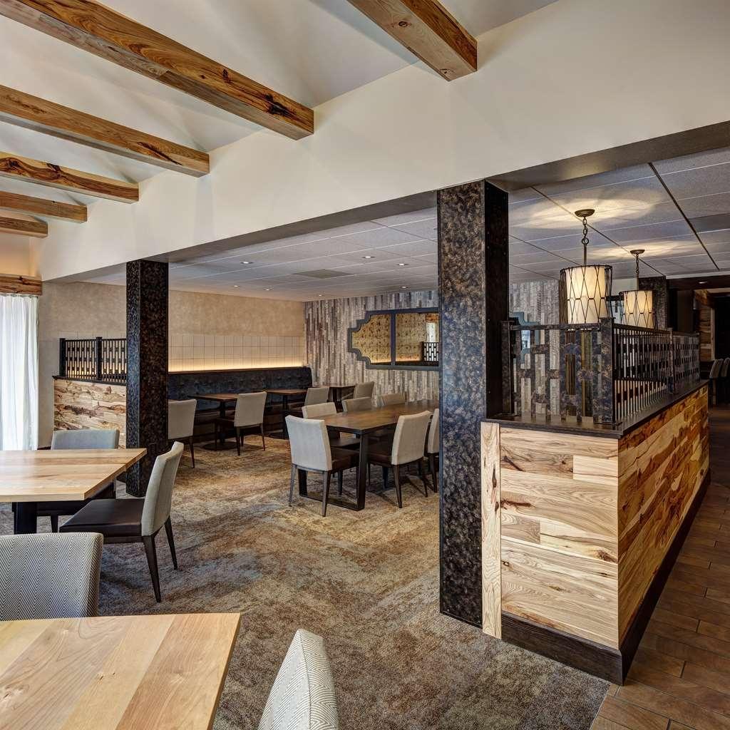 Best Western Plus InnTowner Madison - Escoja una de nuestras cómodas mesas para disfrutar de su desayuno.