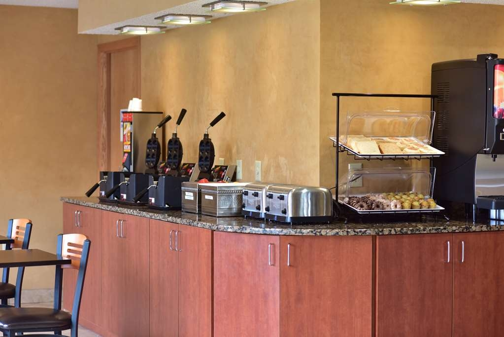 Best Western Ambassador Inn & Suites - Enjoy a full hot breakfast before starting your Wisconsin Dells adventure!