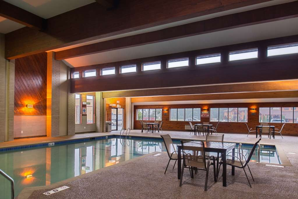 Best Western Ambassador Inn & Suites - Don't let the weather stop you from jumping in! Our indoor pool is heated year-round for you.