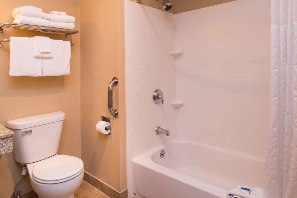 Best Western Ambassador Inn & Suites - Family Room Bath