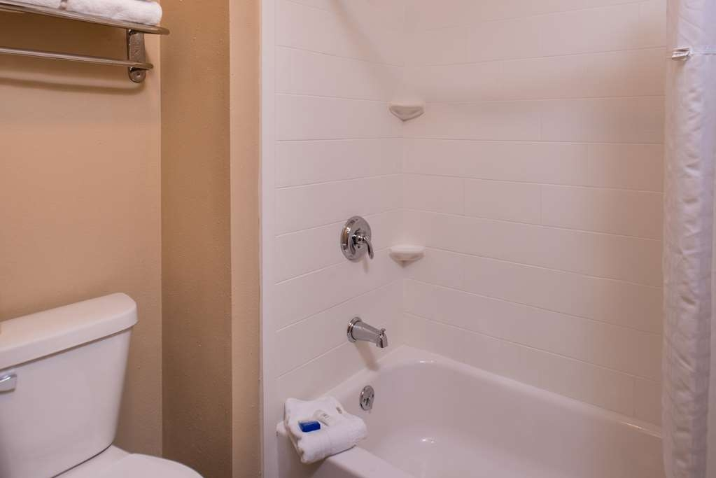 Best Western Ambassador Inn & Suites - Two Queen Guest Room Bath