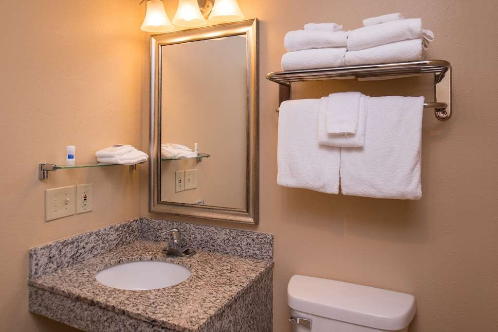 Best Western Ambassador Inn & Suites - Suite Bathroom