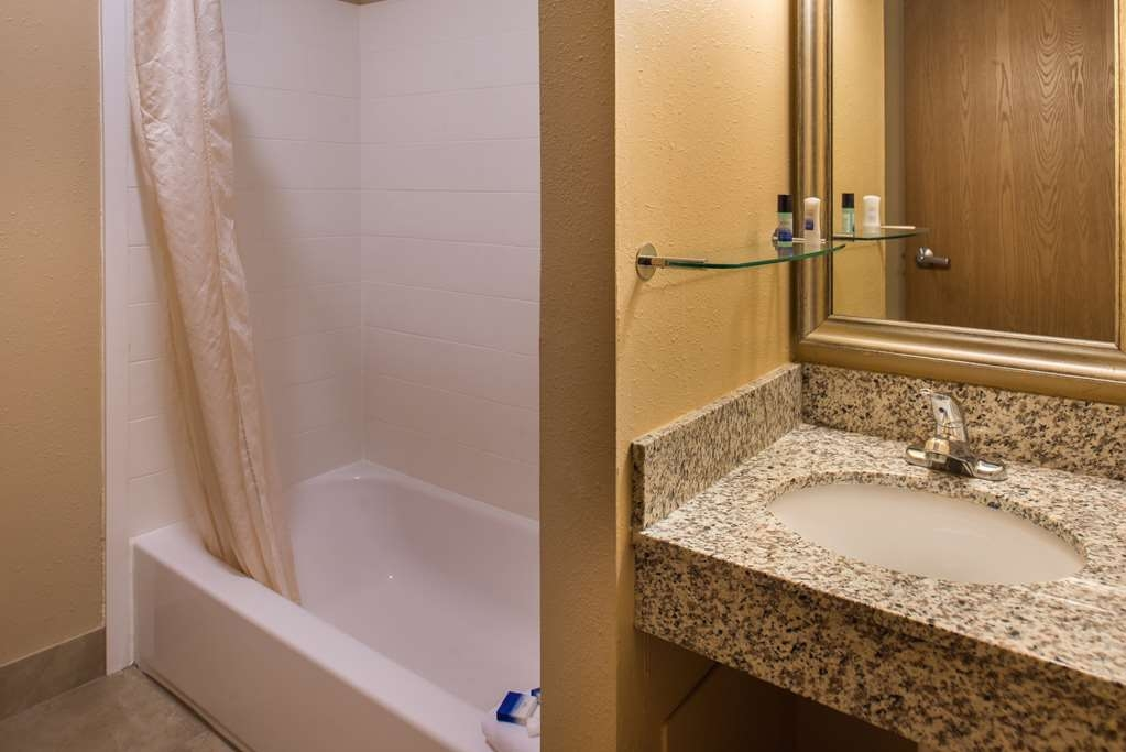 Best Western Ambassador Inn & Suites - Guest Bathroom