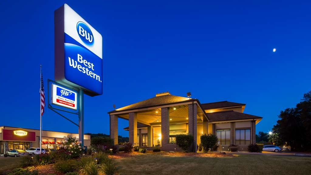 Best Western Ambassador Inn & Suites - We are minutes away from all of Wisconsin Dells attractions, choices range from waterparks to mini golf, shopping at the outlet mall, zip lining, or take a relaxing boat tour down the scenic Wisconsin River.