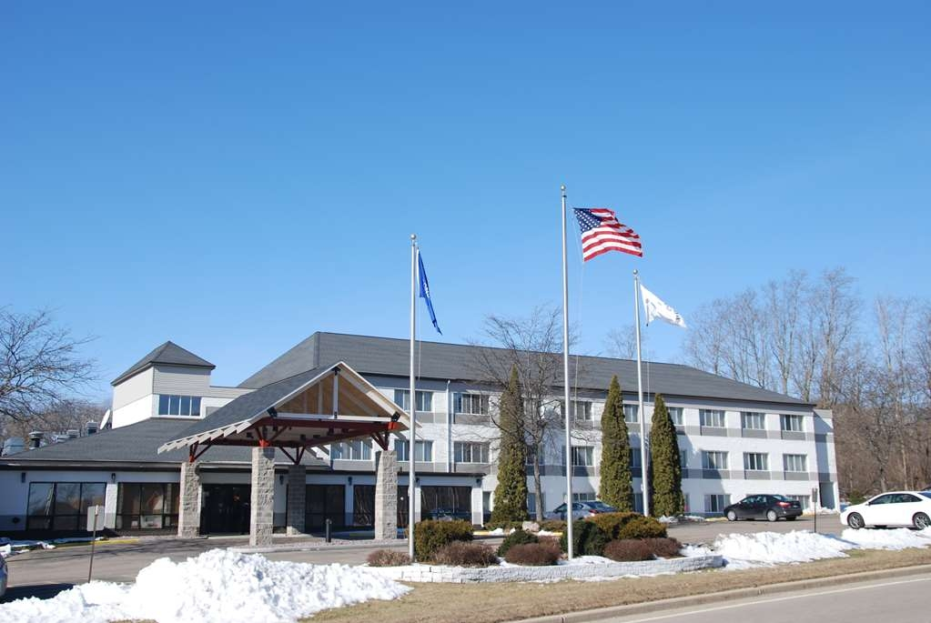 Best Western Baraboo Inn - Any time of year the Baraboo Inn is here to serve your needs.