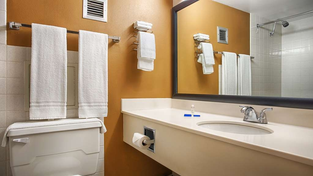 Best Western Riverfront Inn - Enjoy getting ready for a day of adventure in this fully equipped guest bathroom.