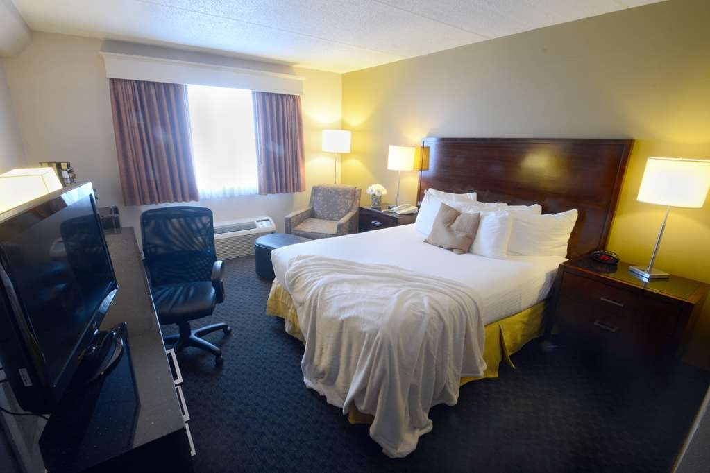 Best Western Riverfront Inn - Newly renovated king size bed for added comfort.