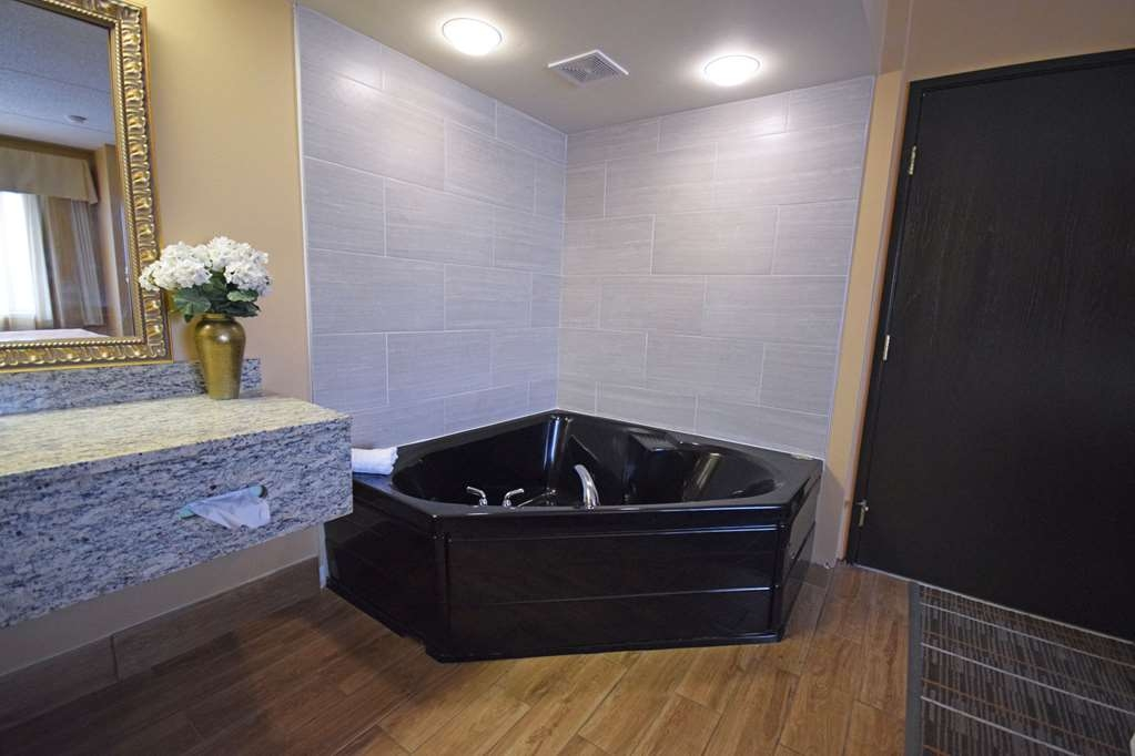 Best Western Resort Hotel & Conference Center - Are you seeking pure, complete and total relaxation? Then make a reservation in our King Suite with jacuzzi.