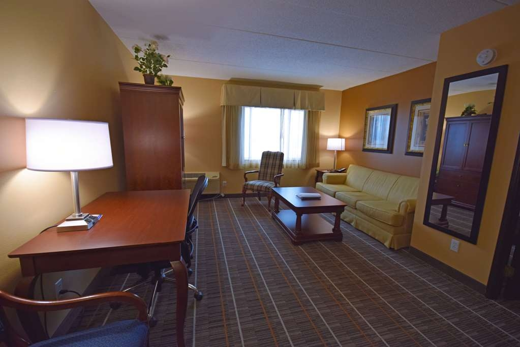 Best Western Resort Hotel & Conference Center - Plenty of room to kick back and relax in our king whirlpool suite!