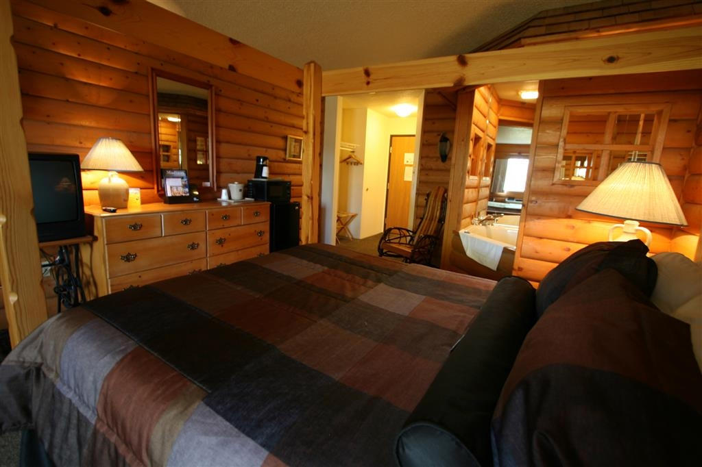 Best Western Dodgeville Inn & Suites - Frontier Cabin Whirlpool Suite with Queen Bed