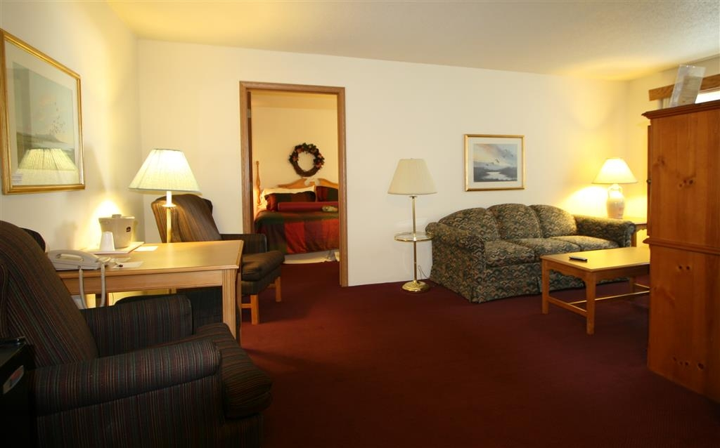 Best Western Dodgeville Inn & Suites - Whirlpool Suite - Two Rooms with King Bed