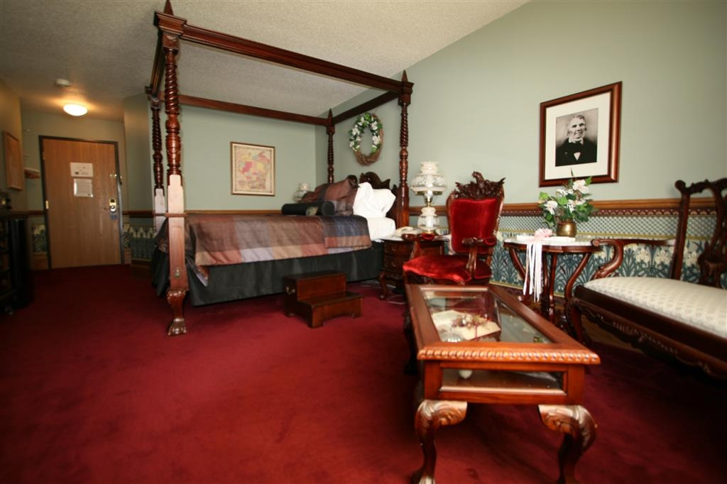 Best Western Dodgeville Inn & Suites - Governors Dodge Suite with Victorian Queen Bed