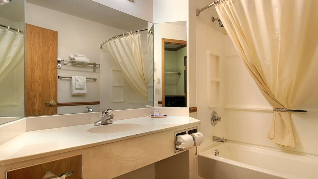 Best Western Dodgeville Inn & Suites - Guest Bathroom