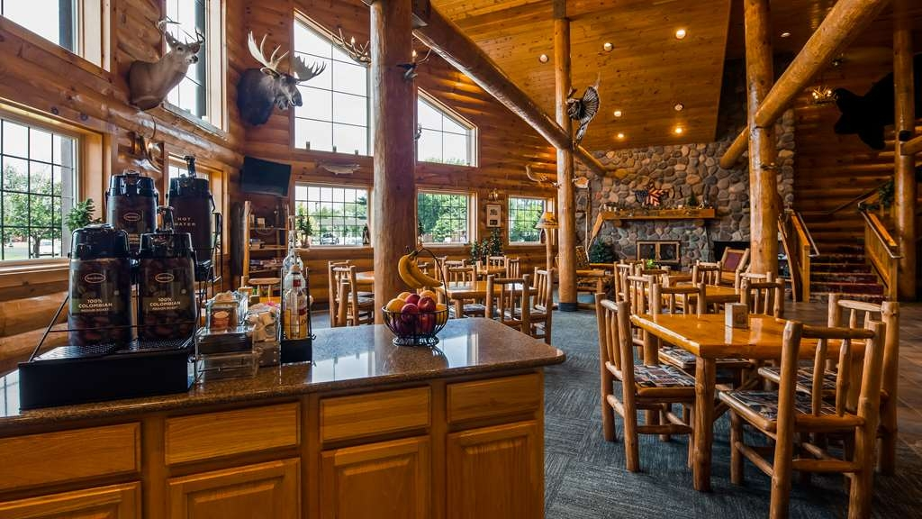 Best Western Northwoods Lodge - Choose from a wide selection of seating to enjoy your morning meal.