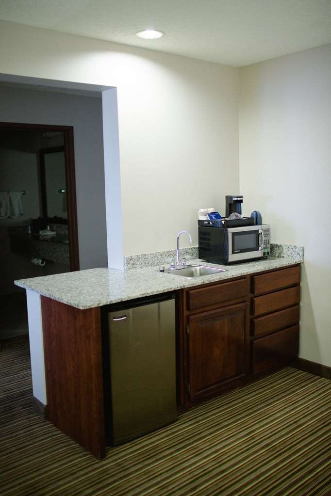 Best Western Park Oasis Inn - This kitchenette in a room with 2 queen beds plus a pullout couch is great for families!