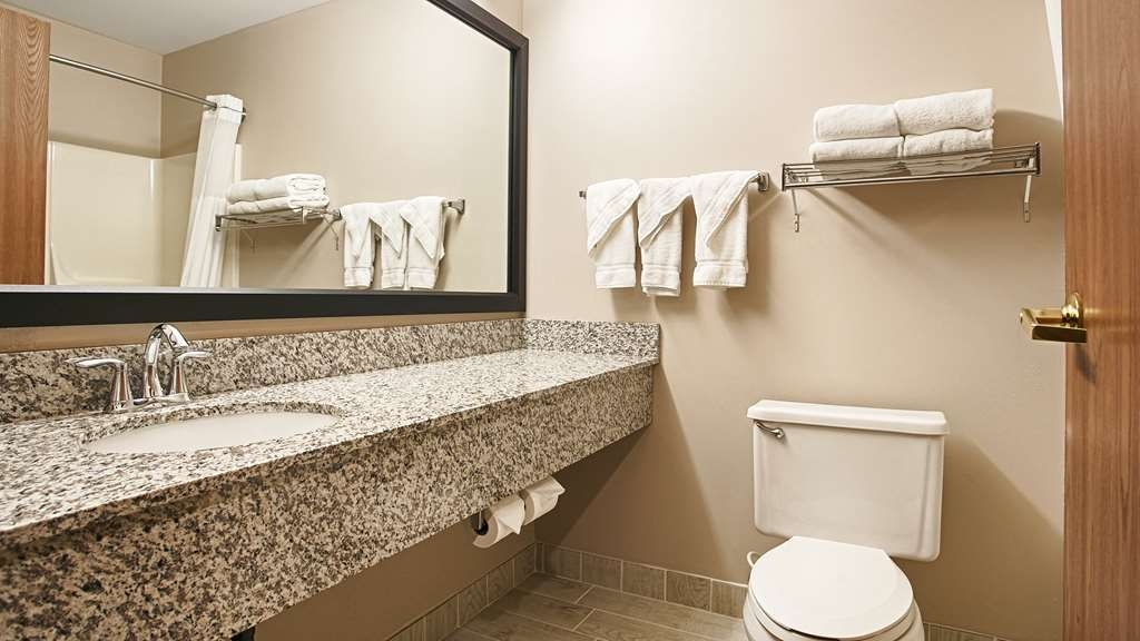 Best Western Park Oasis Inn - Enjoy getting ready for a day of adventure in this fully equipped guest bathroom.
