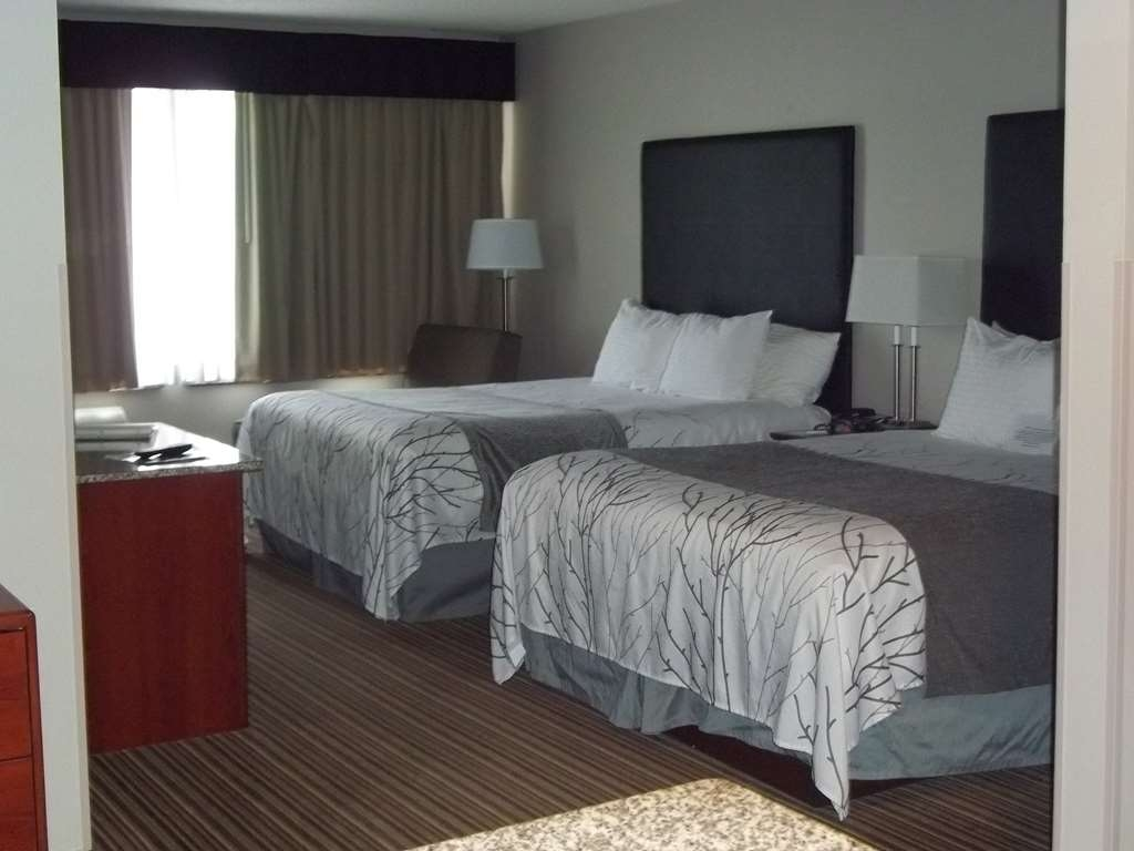 Best Western Park Oasis Inn - This family room has 2 queen beds, 2 TVs, a sofa bed, plus a kitchenette, and is great for families!