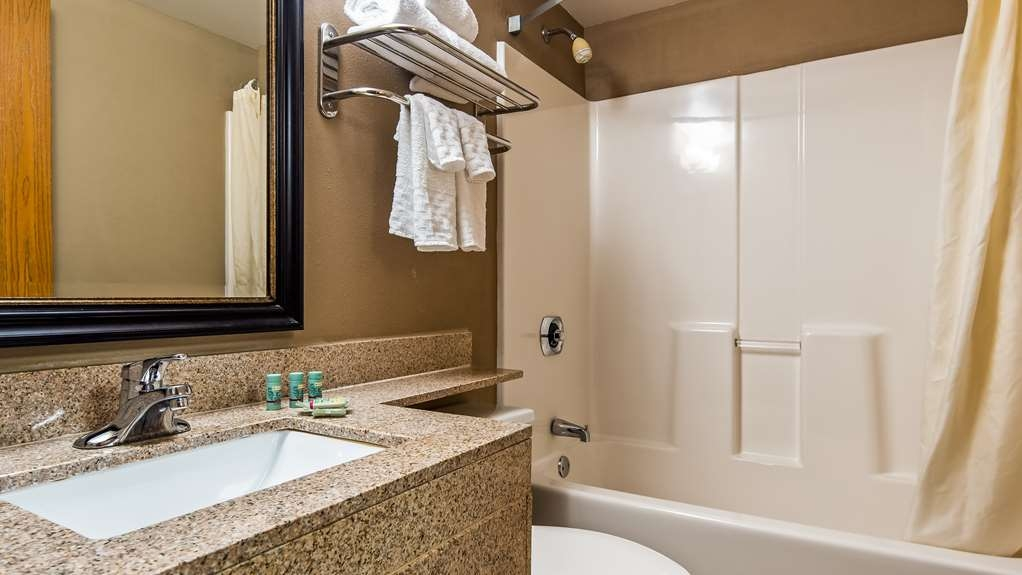 Best Western Waukesha Grand - Bathroom