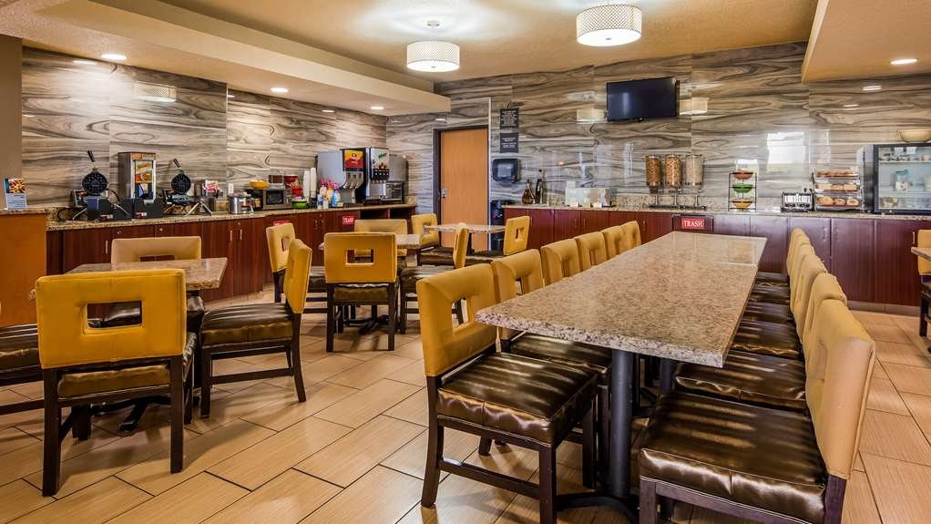 Best Western Waukesha Grand - Choose from a wide selection of seating to enjoy your morning meal.
