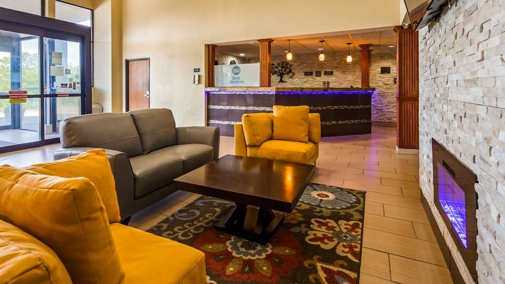 Best Western Waukesha Grand - Come and enjoy our cozy lobby, offering a place to socialize with other guests or members of your party.