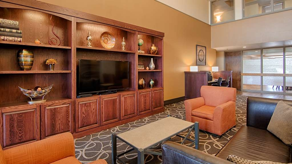 Best Western Executive Inn - Enjoy your morning paper in our cozy lobby.