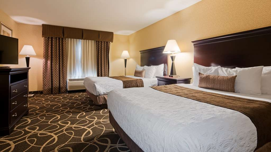 Best Western Plus Eau Claire Conference Center - Settle in for the evening and relax in our Two Queen Suite.