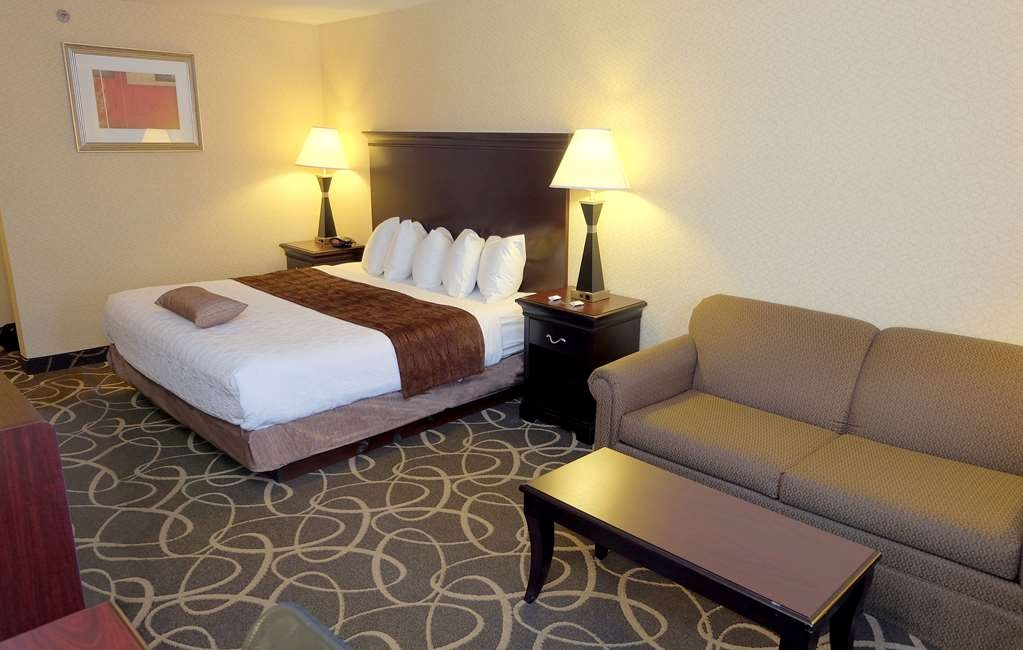 Best Western Plus Eau Claire Conference Center - There's plenty of space in our King Guest Room for sleeping, eating and working.