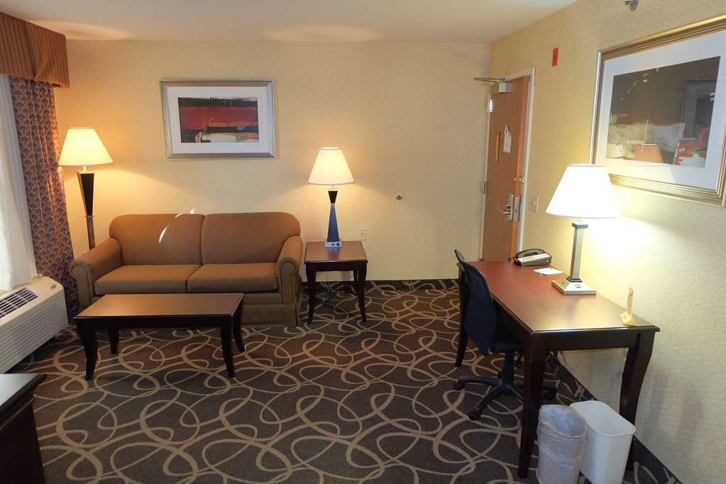 Best Western Plus Eau Claire Conference Center - There's plenty of space in our Double Queen Suite for sleeping, eating and working.