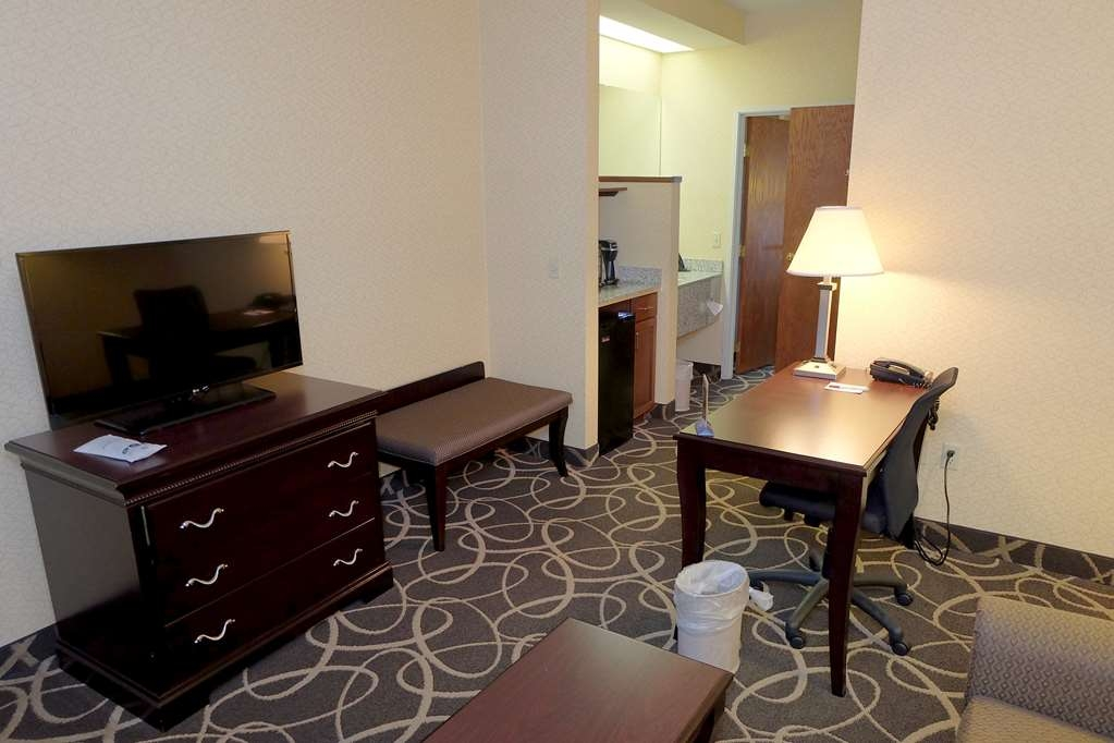 Best Western Plus Eau Claire Conference Center - There's plenty of space in our King Suite for sleeping, eating and working.
