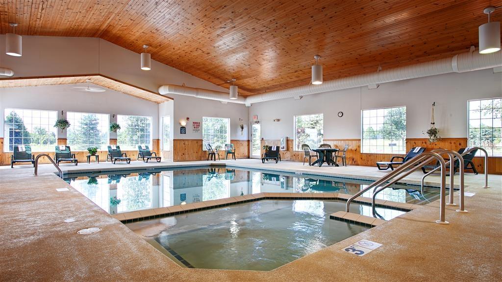 Best Western Wittenberg Inn - No deje que el mal tiempo le aleje de un buen baño. Nuestra piscina cubierta permanece climatizada durante todo el año para usted y sus amigos.