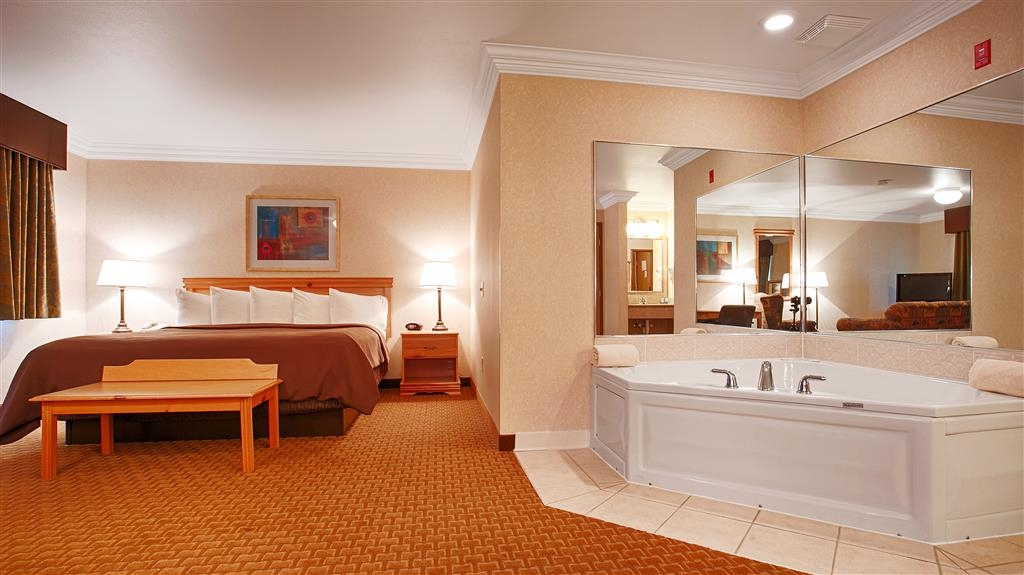 Best Western Wittenberg Inn - Know the true meaning of relaxation in our king suite equipped with a spa.