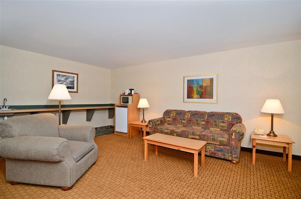 Best Western Wittenberg Inn - Deluxe whirlpool suite also includes sitting area with sofa sleeper, comfy chair and wet-bar to host your family and friends.
