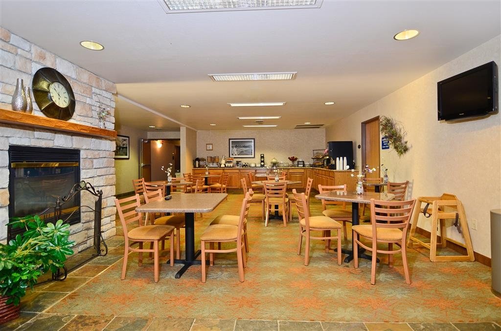 Best Western Wittenberg Inn - Stay warm by the fire, or enjoy the morning news while eating breakfast.