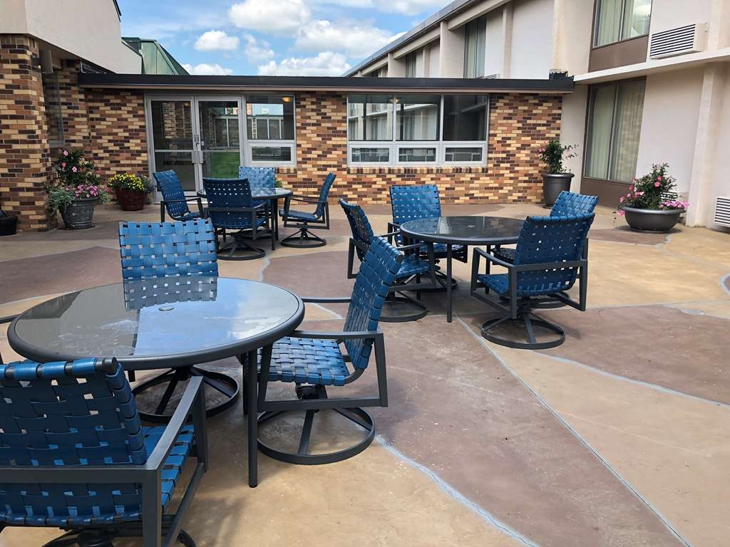 Best Western Tomah Hotel - Court Yard and grilling area