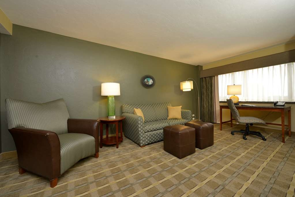 Best Western Premier Waterfront Hotel & Convention Center - Comfortable seating is provided throughout the living area of the two room whirlpool/fireplace suite.