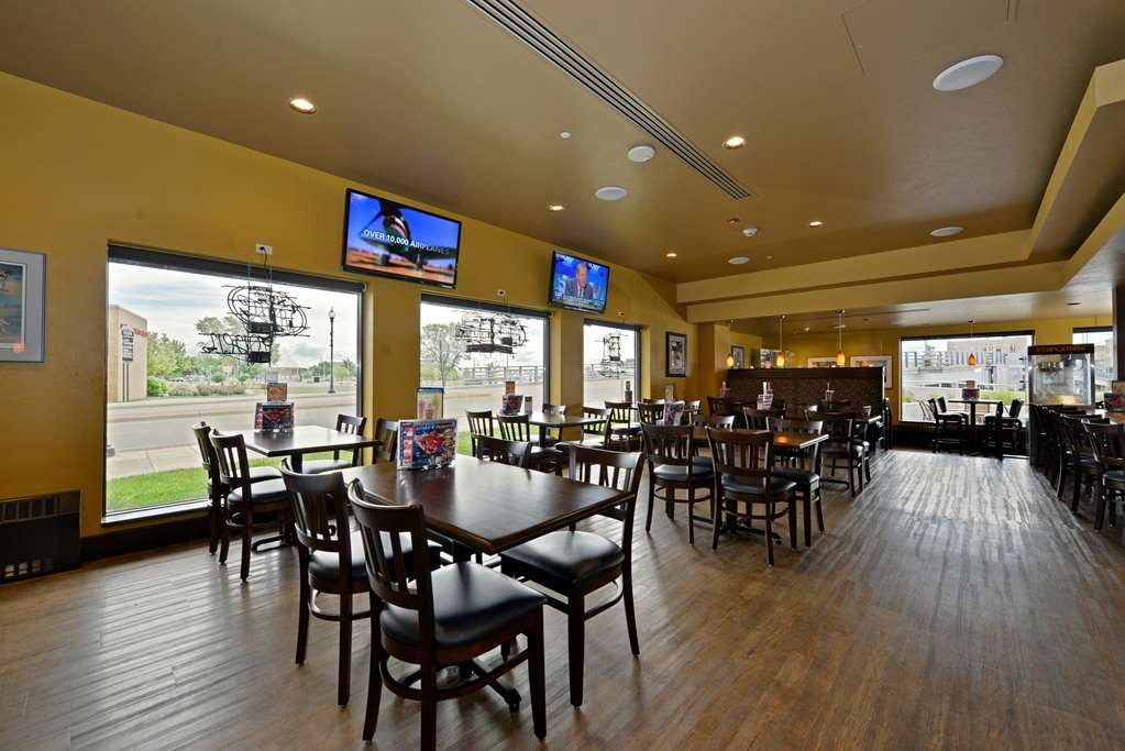 Best Western Premier Waterfront Hotel & Convention Center - Visit our on-site restaurant and lounge, Ground Round® at Rivers Edge, for daily happy hour and game day specials.