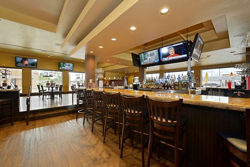 Best Western Premier Waterfront Hotel & Convention Center - Enjoy a drink with friends or dinner with your family at Ground Round® at Rivers Edge, our on-site restaurant and bar.