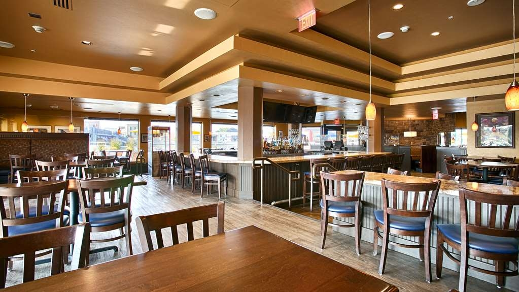 Best Western Premier Waterfront Hotel & Convention Center - The Ground Round® at River's Edge provides a large selection of soft drinks and alcoholic beverages with excellent viewing for sporting events.