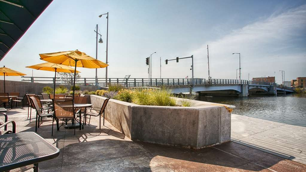 Best Western Premier Waterfront Hotel & Convention Center - Dine outdoors at Ground Round® at River's Edge.