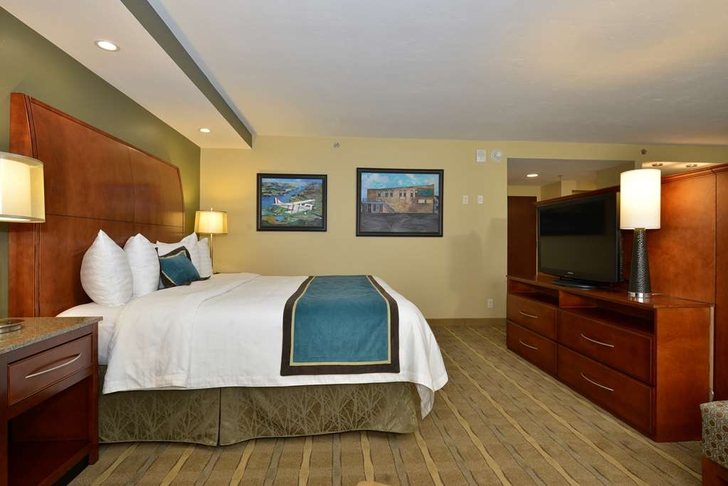 Best Western Premier Waterfront Hotel & Convention Center - Relax and enjoy the additional comfort and square footage of the one room Executive Suite with king bed and queen size pull-out couch.
