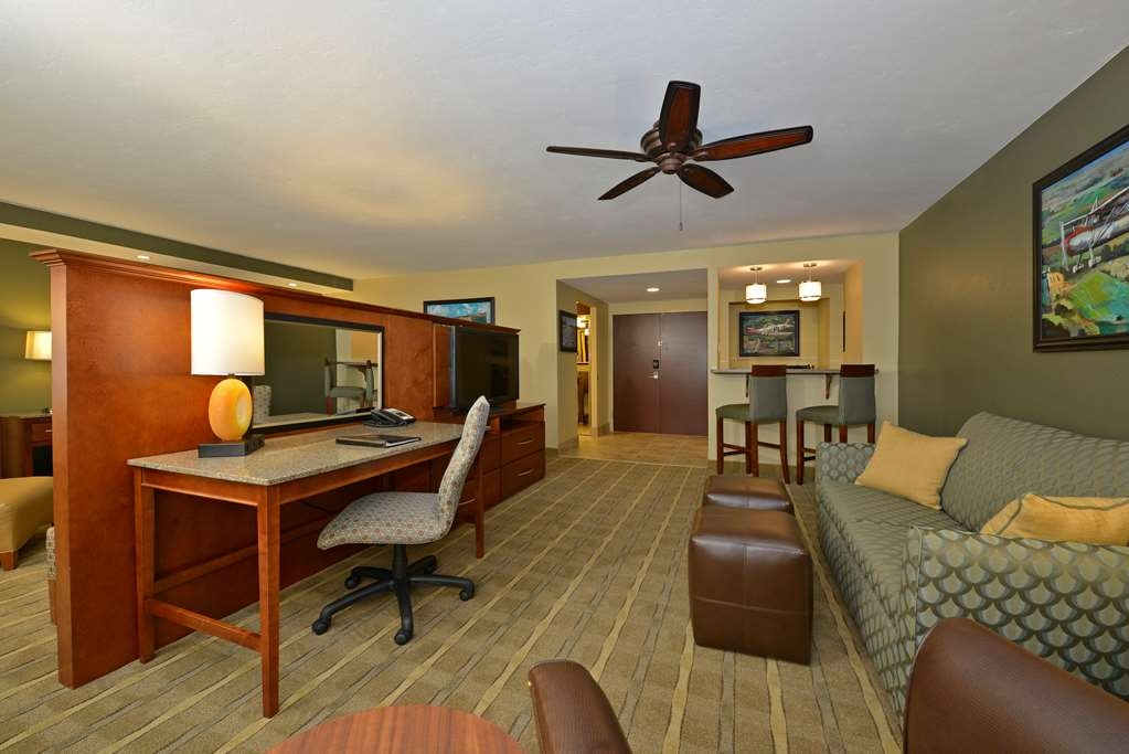 Best Western Premier Waterfront Hotel & Convention Center - Enjoy the spacious setting of the one room Executive Suite featuring a large living center, wet bar, business desk, and granite counter tops.