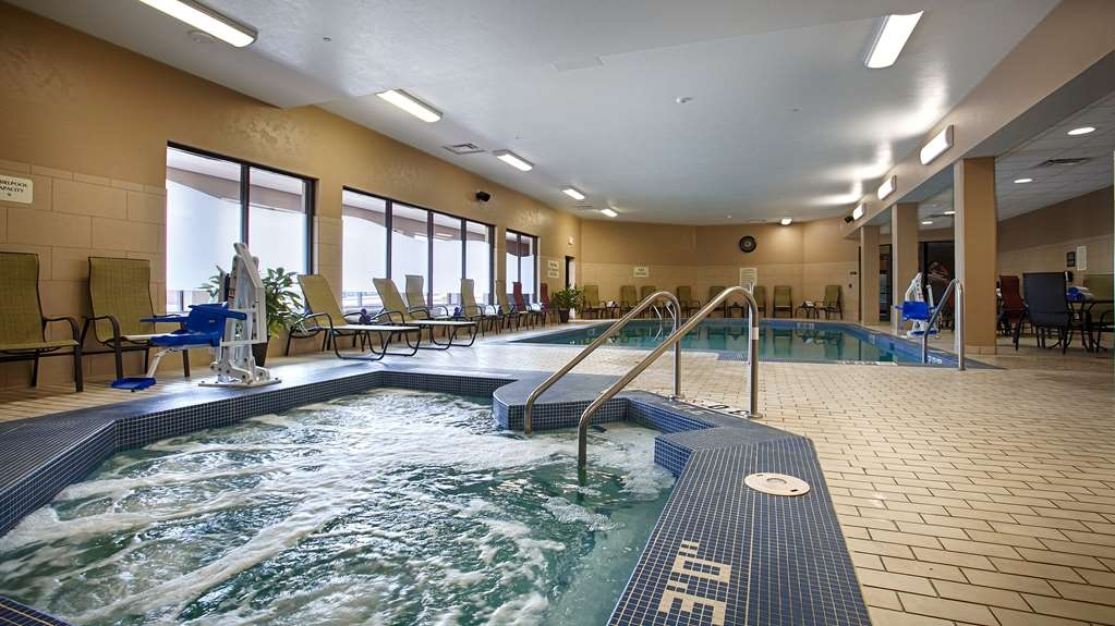 Best Western Premier Waterfront Hotel & Convention Center - Unwind after a long day in the bubbling and warm hot tub.