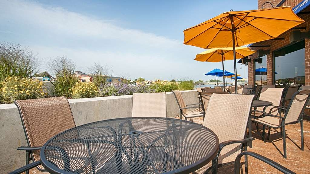 Best Western Premier Waterfront Hotel & Convention Center - Enjoy the riverfront atmosphere at Ground Round® at River's Edge located inside the hotel.