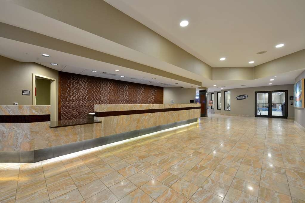 Best Western Premier Waterfront Hotel & Convention Center - A bright and spacious lobby, large guest registration desk and a courteous team of guest service representatives are ready to assist you.