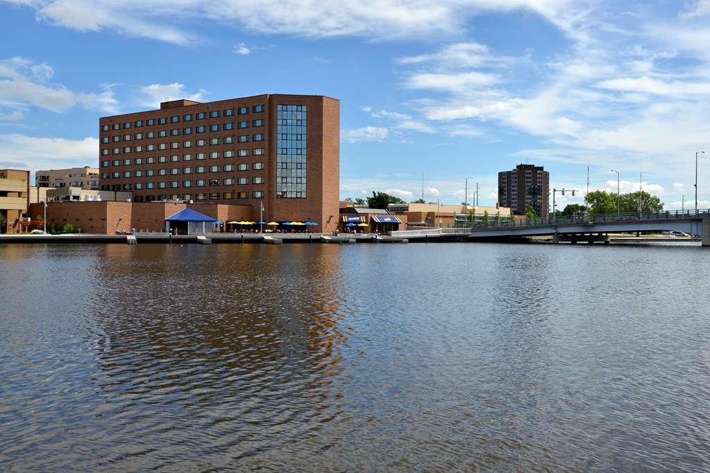 Best Western Premier Waterfront Hotel & Convention Center - The hotel has a wonderful location on the shore of the historic and beautiful Fox River and close to the mouth of Lake Winnebago.